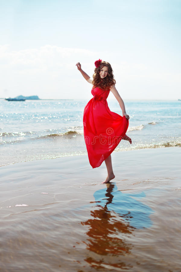 Красивая женщина в ярком красном платье стоковое изображение rf