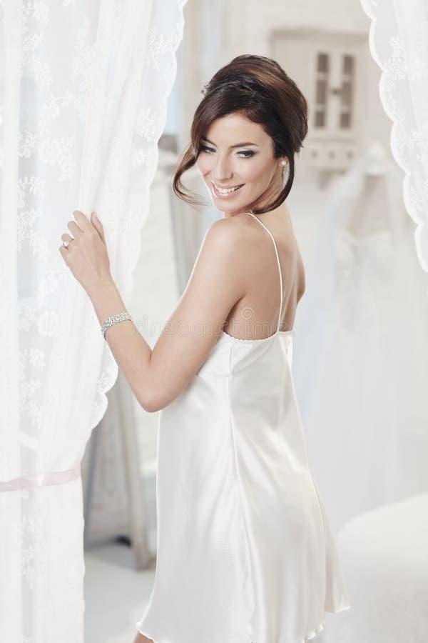 Красивая женщина в silk выскальзывании стоковая фотография