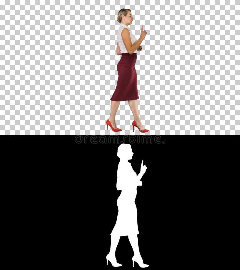 Красивая женщина говоря и идя, канал альфы стоковое изображение rf