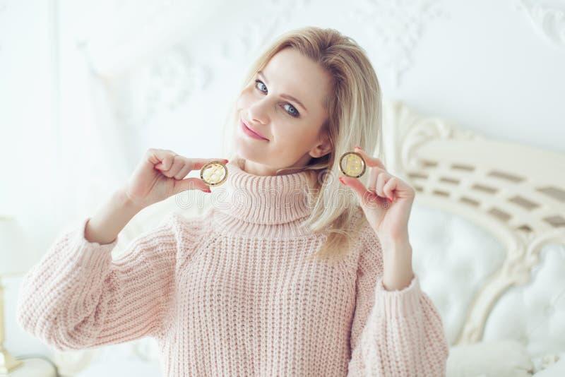 Красивая женщина держа монетки в ее руке стоковые изображения rf