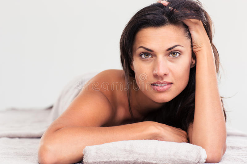 Красивая женщина лежа на lounger массажа стоковое изображение rf