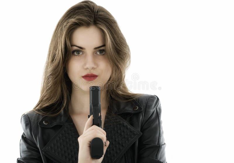 Красивая женщина держа оружие на белой предпосылке стоковые фотографии rf