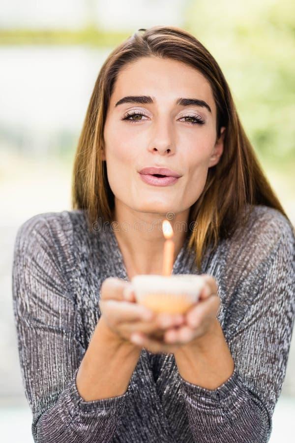 Красивая женщина держа пирожное дня рождения стоковое изображение rf