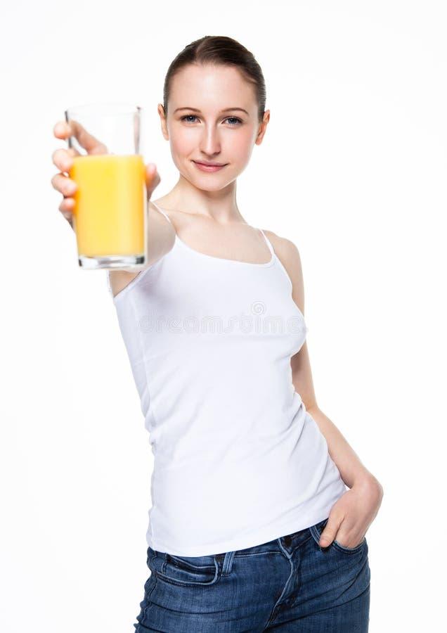 Красивая женщина держа стеклянной с апельсиновым соком стоковое фото rf