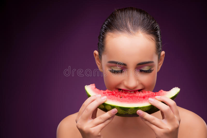 Красивая женщина есть вкусный арбуз стоковые фото