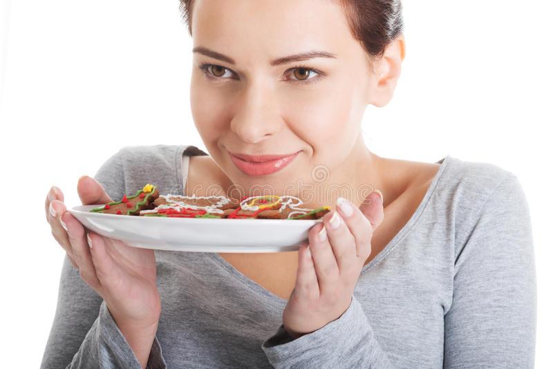 Красивая женщина есть печенья пряника. стоковые фото