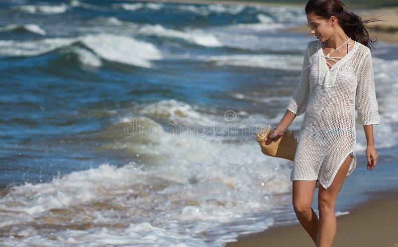 Красивая женщина лета около моря стоковое изображение