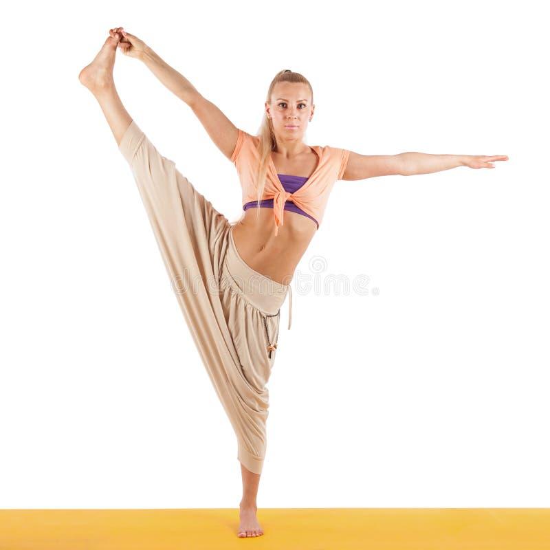 Красивая женщина делая тренировки йоги изолированные на белизне стоковая фотография