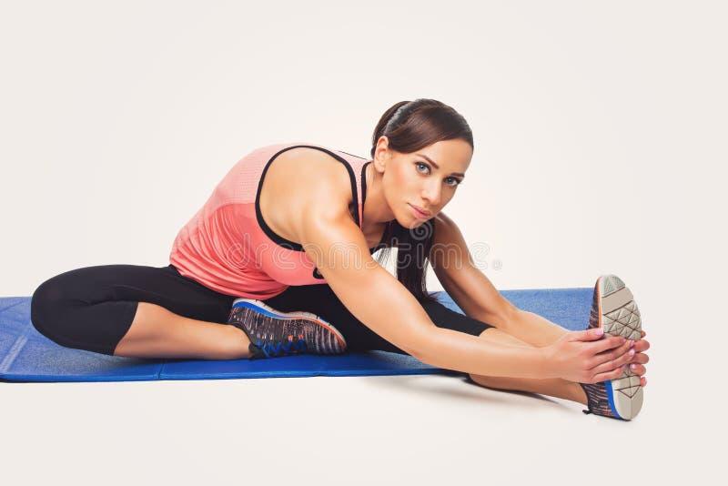 Красивая женщина делая тренировку спорта стоковые изображения