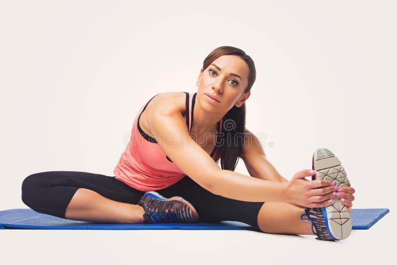 Красивая женщина делая тренировку спорта стоковые фото