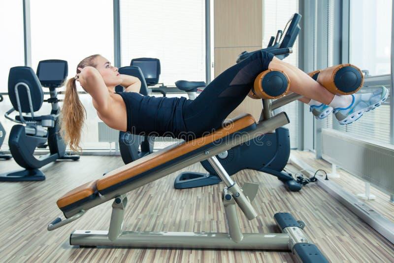 Красивая женщина делая тренировку фитнеса прессы на стоковые изображения rf