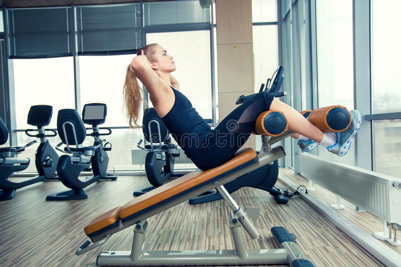 Красивая женщина делая тренировку фитнеса прессы на стоковые фотографии rf