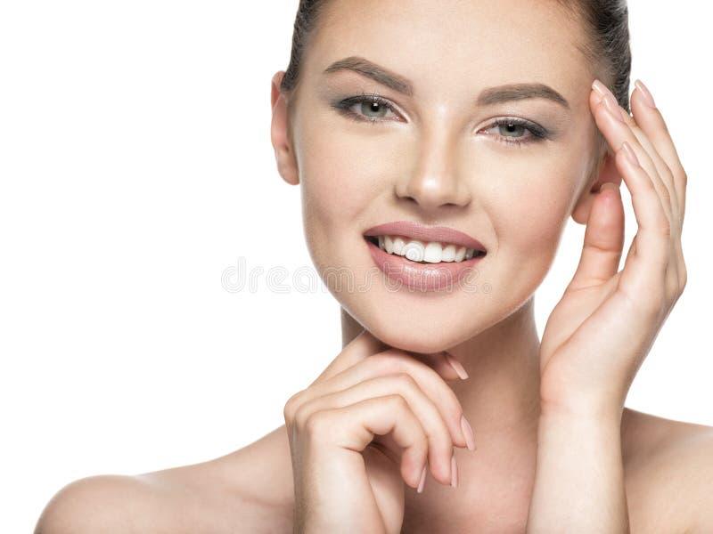 Красивая женщина заботит для стороны кожи - изолированной на белизне стоковая фотография rf