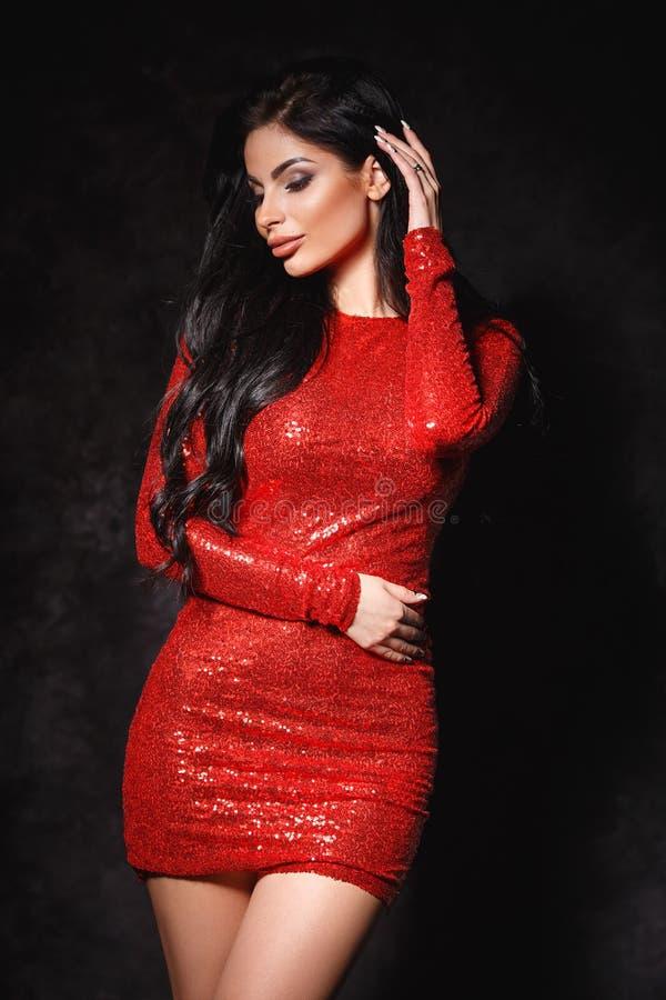 Красивая женщина звезды hoolywood в сексуальном платье стоковое изображение