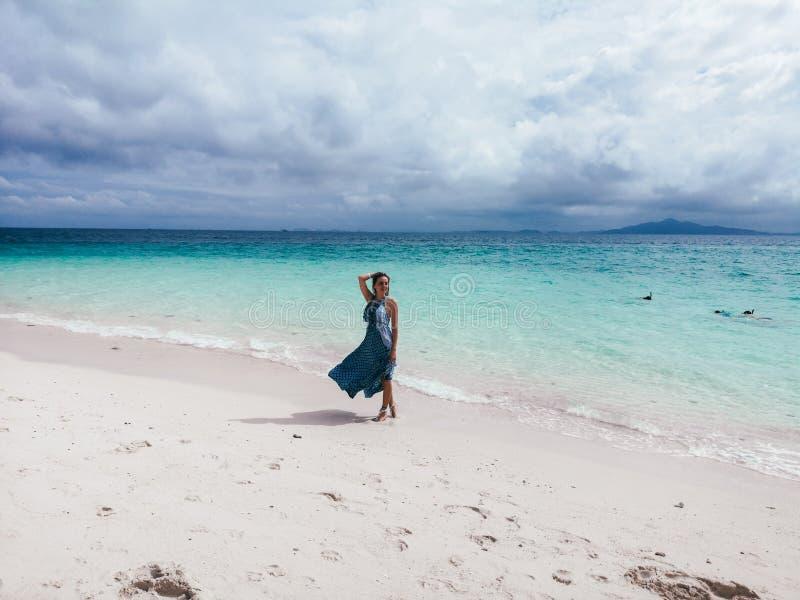 Красивая женщина идя пляжем с белым песком в Таиланде, островах Phi Phi стоковое изображение rf