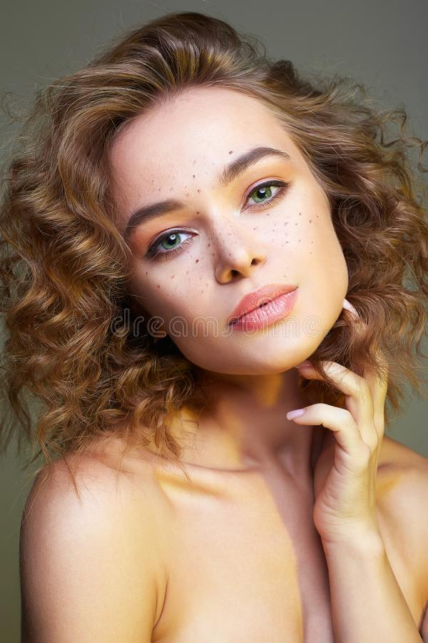 Красивая женщина изумляя курчавая девушка с макияжем стоковые изображения