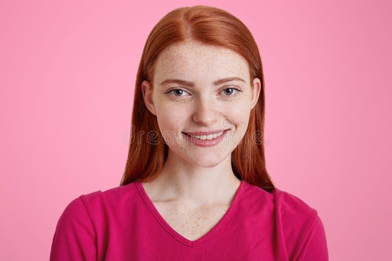 Красивая женщина имбиря с приятной улыбкой, имеет freckled кожу, стоковое фото