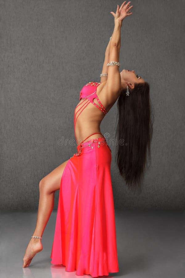 Красивая женщина исполнительницы танца живота стоковое фото