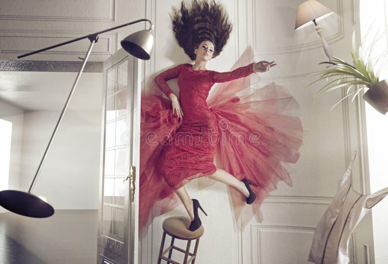 Красивая женщина и levitating вещи стоковые фото
