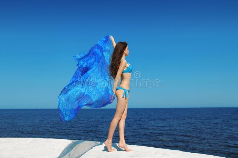 Красивая женщина модели бикини брюнет с дуя тканью над b стоковые изображения rf