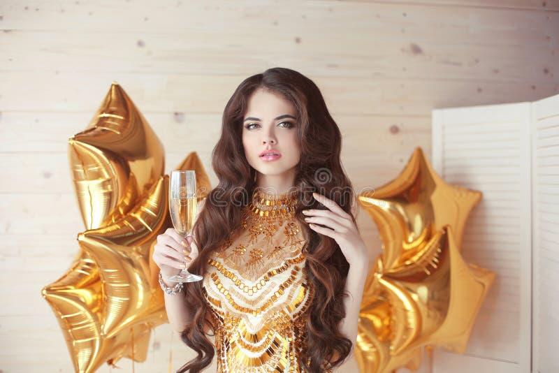 Красивая женщина моды держа бокал предлагает равенство здравицы стоковые изображения rf