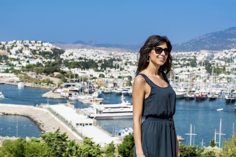 Красивая женщина моды на предпосылке морского порта стоковая фотография rf