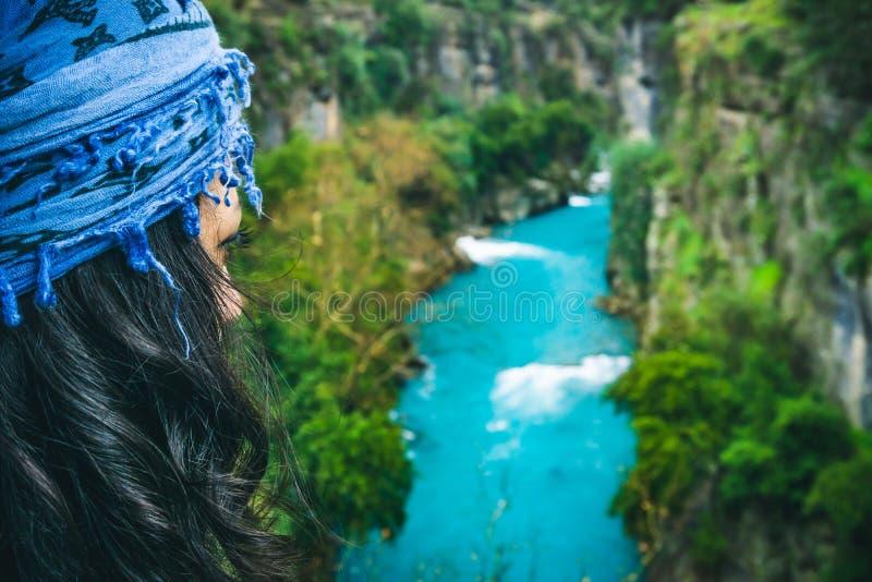 Красивая женщина наблюдая реку Изумляя ландшафт реки от каньона Koprulu в Manavgat, Анталье, Турции стоковые изображения rf