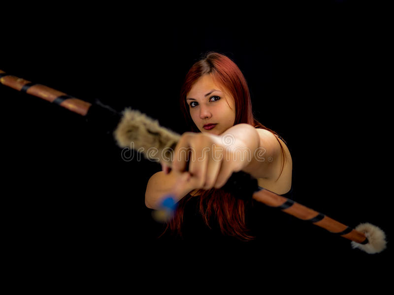 Красивая женщина направляя, черная предпосылка archery стоковые изображения
