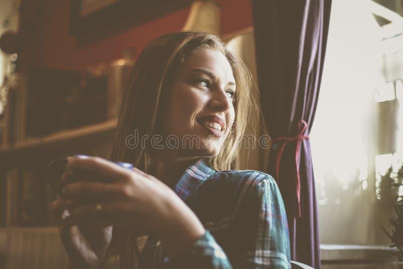 Красивая женщина наслаждаясь в чашке кофе Молодой человек выпивая co стоковое изображение rf