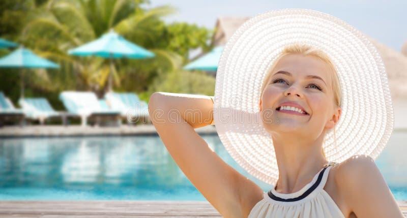 Красивая женщина наслаждаясь летом над пляжем стоковое фото