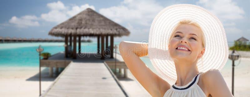 Красивая женщина наслаждаясь летом над экзотическим пляжем стоковые фотографии rf