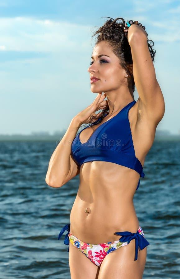 Красивая женщина наслаждаясь морским бризом стоковое изображение rf