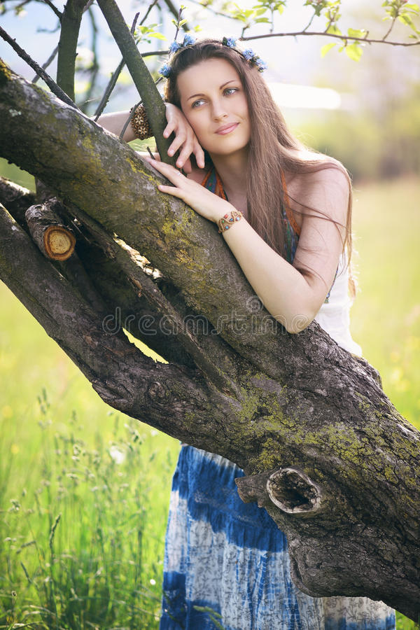 Красивая женщина наслаждаясь природой стоковое фото rf