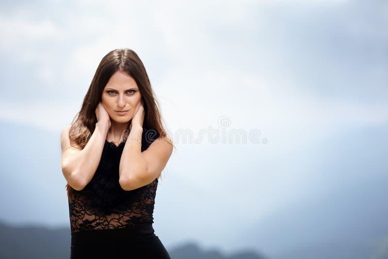 Красивая женщина над ландшафтом горы стоковая фотография rf