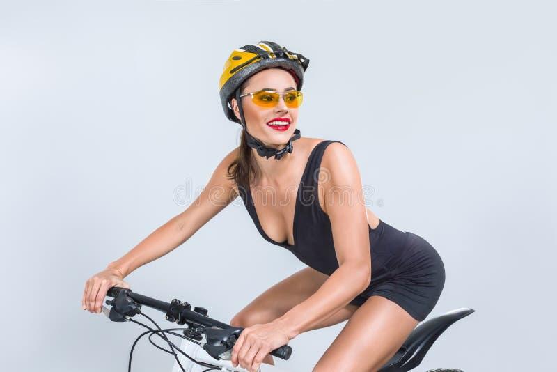 Красивая женщина на велосипеде стоковые фотографии rf