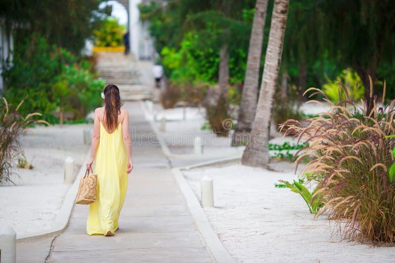 Красивая женщина на летних каникулах в тропиках Внешнее изображение образа жизни стоковое фото rf