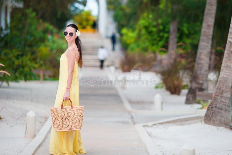 Красивая женщина на летних каникулах в тропиках Внешнее изображение образа жизни стоковые изображения