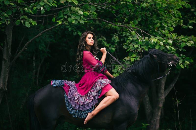 Красивая женщина на лошади стоковые фото