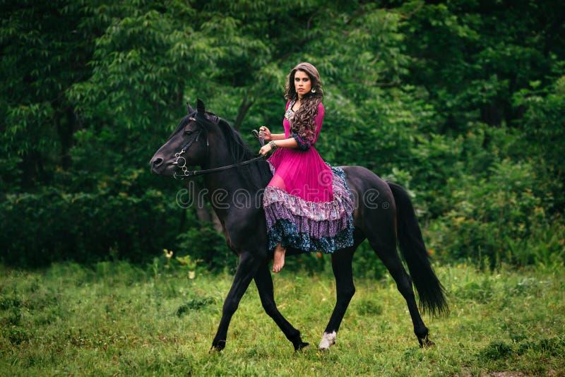 Красивая женщина на лошади стоковые изображения rf