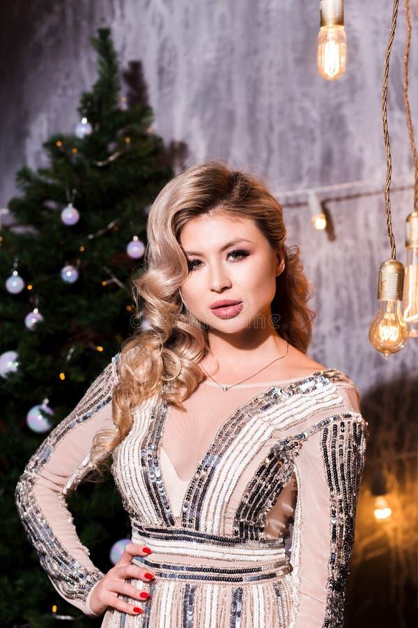 Красивая женщина на партии торжества Праздновать кануна Нового Года стоковая фотография rf