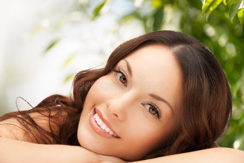 Красивая женщина на природе стоковые фотографии rf