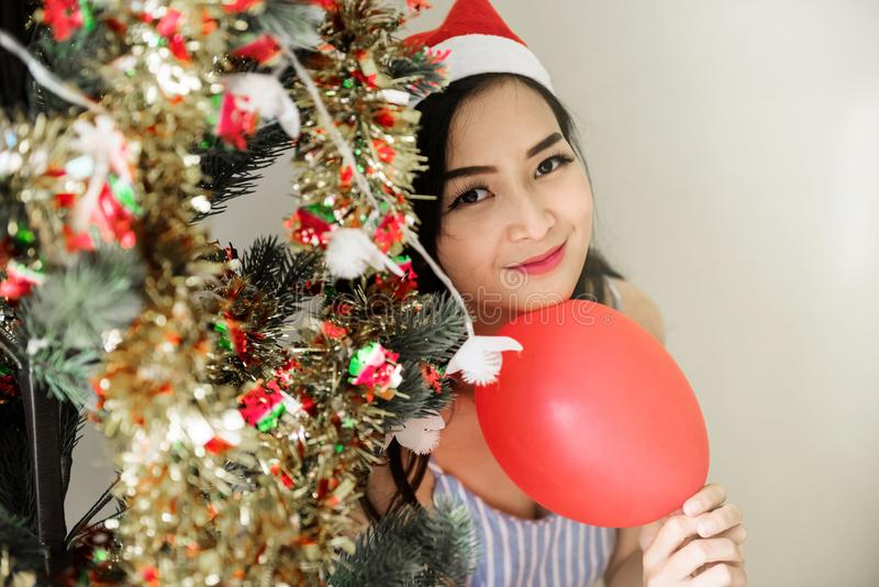 Красивая женщина на рождественской елке стоковое фото rf