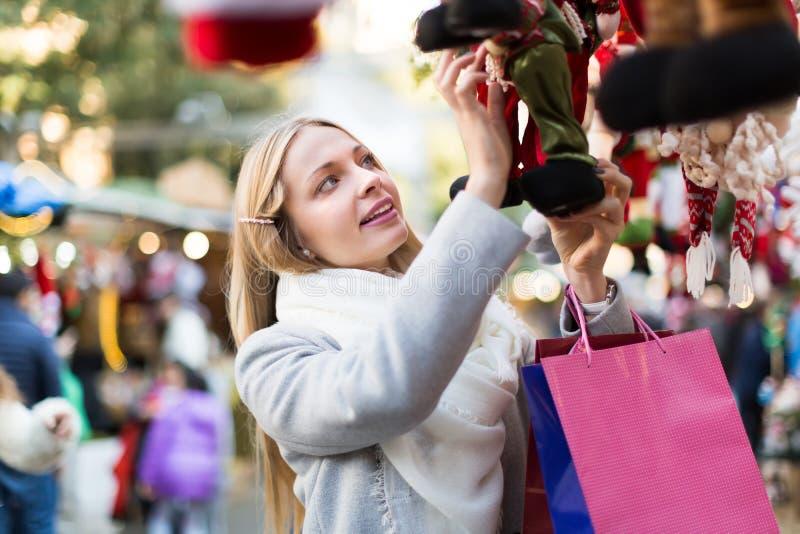 Красивая женщина на рождественской ярмарке стоковая фотография