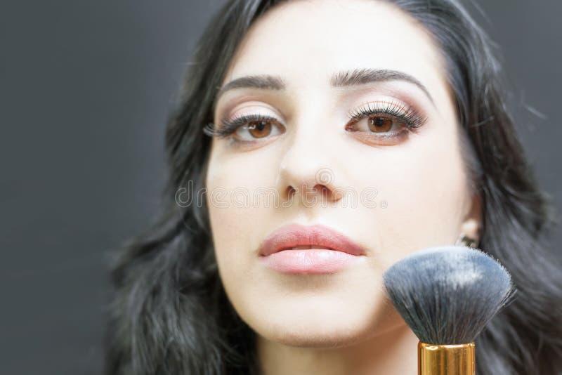 Красивая женщина на салоне красоты получает состав стоковые фотографии rf