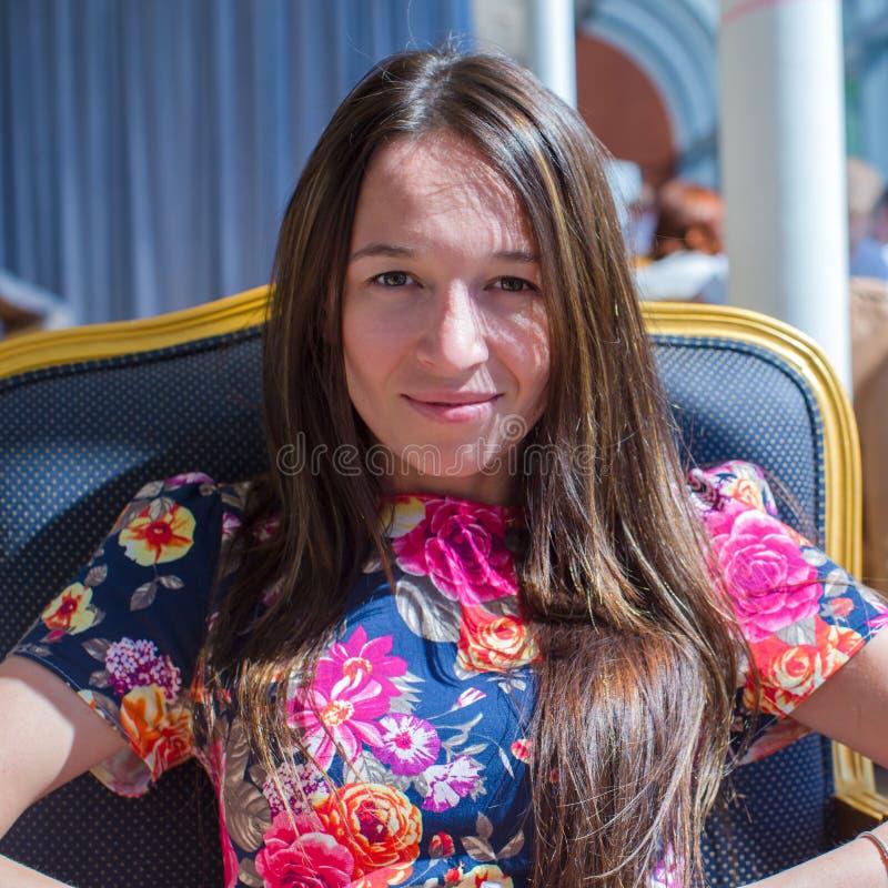 Download Красивая женщина на таблице в ресторане Стоковое Изображение - изображение насчитывающей рука, скручиваемость: 40587227