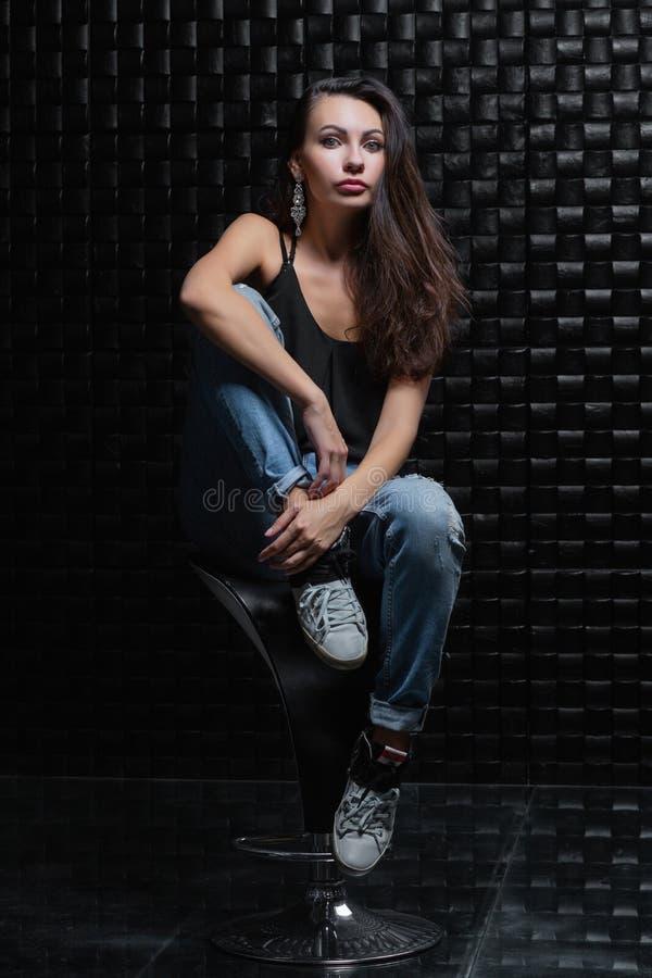 Красивая женщина на черной предпосылке стоковая фотография rf
