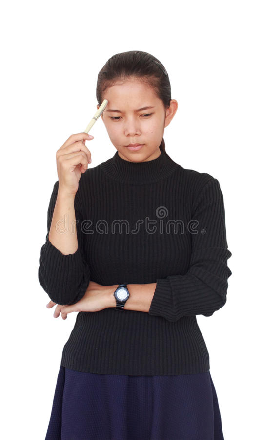 Красивая женщина несли черную блузку при голубая юбка держа белую ручку и серьезное думающ что-то стоковая фотография rf
