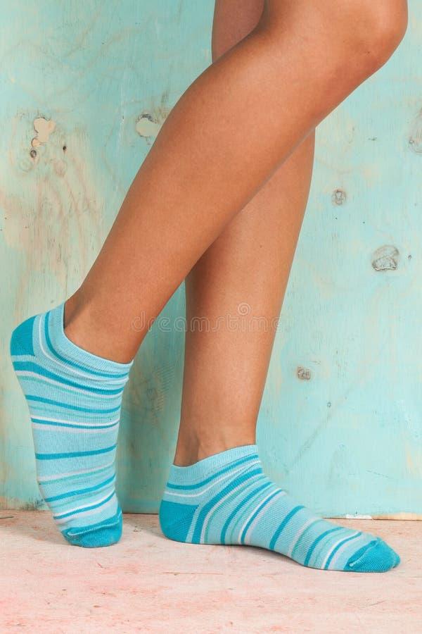 Красивая женщина ног при носки стоя на цыпочках на деревянном поле стоковое изображение