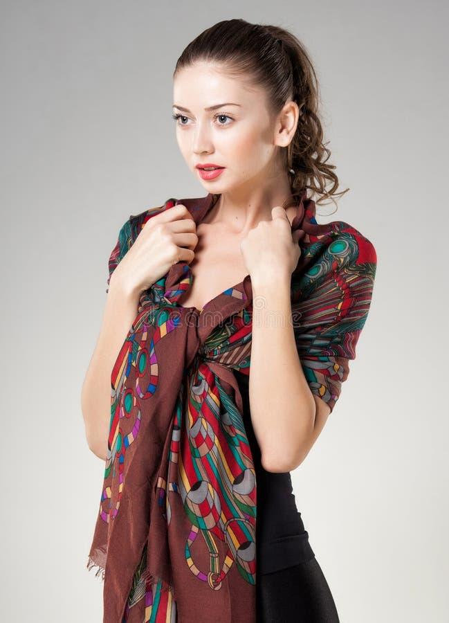Красивая женщина нося шарф Кашмира стоковые фото