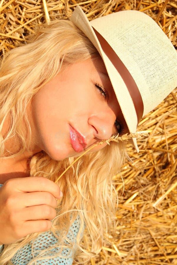 Download Красивая женщина около стога сена Стоковое Фото - изображение насчитывающей активизма, счастливо: 33730876